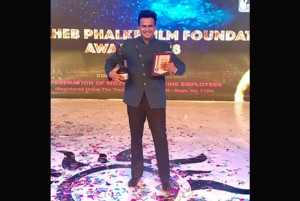 Best Anchor Award – All Platforms at the 'DadasahebPhalke Film Foundation Awards 2018%u2019